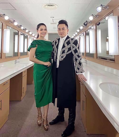 Ca sĩ Ngọc Anh và Tùng Dương hội ngộ trong một chương trình. Nữ ca sĩ tâm sự: Mùa covid vẫn được đi làm là điều hạnh phúc rồi.
