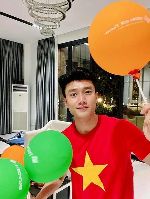 Diễn viên Quốc Trường ăn mừng chiến thắng tại nhà và hô vang: Tôi yêu Việt Nam. Việt Nam vô địch.