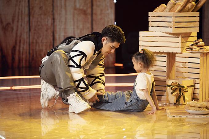 Là giám khảo chủ chốt của chương trình, đạo diễn Nguyễn Hưng Phúc cũng hướng dẫn tỉ  cho các bé tham gia dự thi ở tập này. Anh dành nhiều thời gian để giúp những gương mặt mới làm quen với cách tạo dáng và chụp ảnh theo đúng concept.