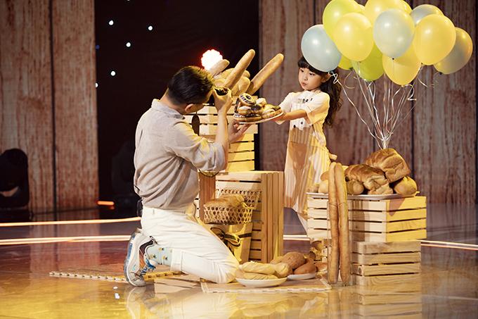 Cùng với hai giám khảo của chương trình, nhiếp ảnh gia Kiếng Cận cũng thể hiện sự lăn xả để giúp từng thí sinh có được khoảnh khắc đẹp khi đến với sân chơi này.