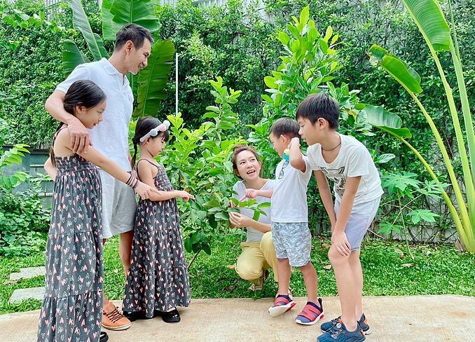 Vợ chồng Lý Hải - Minh Hà bận rộn với đủ các kiểu câu hỏi của 4 nhóc tỳ.