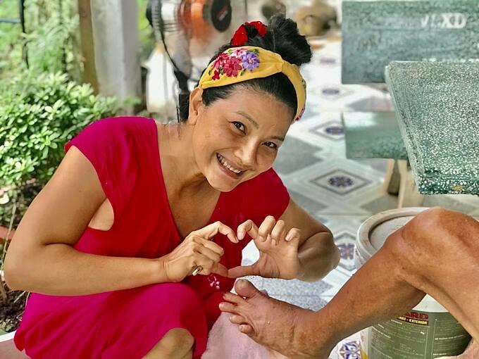 Diễn viên Kiều Trinh cho biết phải nịnh mãi bố mới để cho cắt móng. Hai năm nay cô cùng các con về quê ở Bình Phước sinh sống.