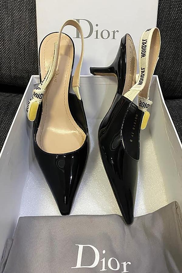 Cô còn thanh lý những mẫu giày nữ tính của Dior. Do mang không vừa, Trúc Diễm nhượng lại với giá 12 triệu đồng.