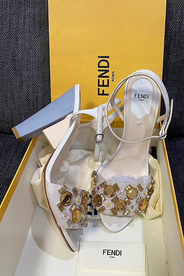 Đôi giày Fendi mới hoàn toàn trị giá 10 triệu đồng.