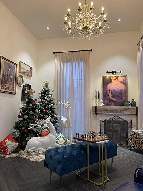 Một khu vực nhỏ tiếp khách được sử dụng để đặt bàn chơi cờ, trang trí Noel, các dịp lễ.