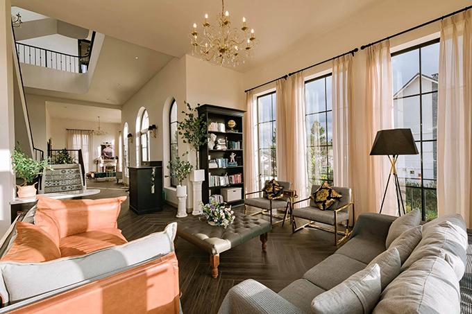 Phòng khách gồm có khu vực đọc sách, chơi nhạc, lò sưởi cho cả bếp, phòng ăn.