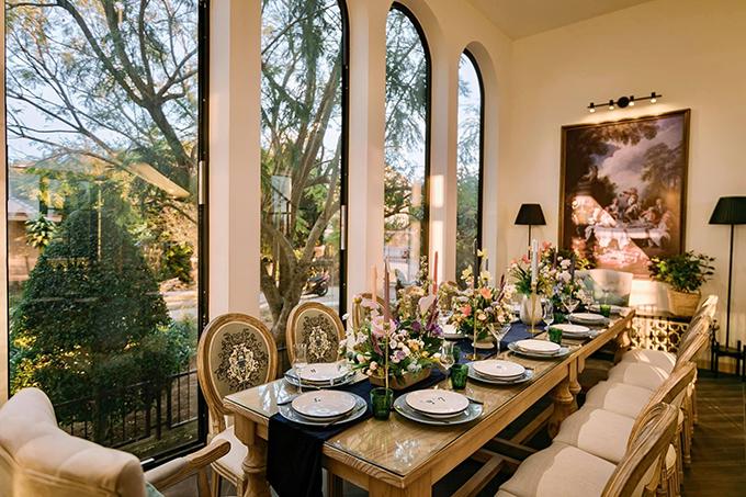 Khu vực ăn uống trong nhà với bộ bàn ghế kiểu Âu tạo sự sang trọng, cổ điển cho không gian.