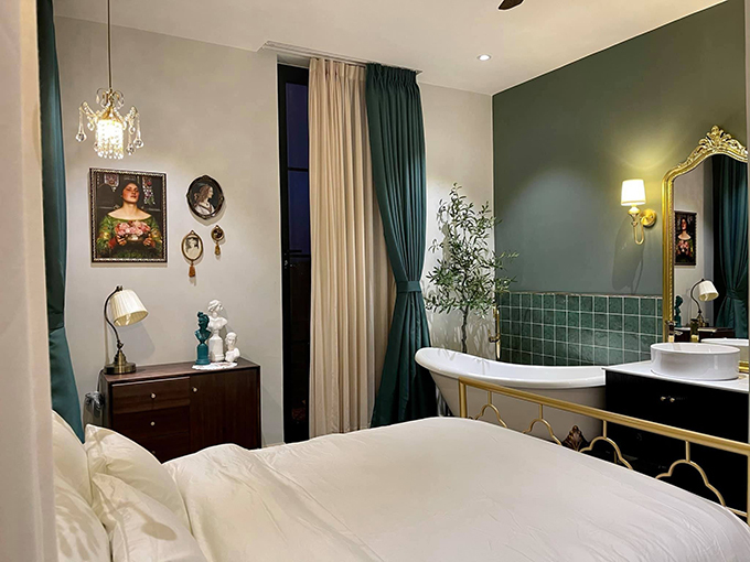 Phòng ngủ nhỏ có cách bài trí giống các khách sạn 5 sao, được tối ưu công năng sử dụng, có tông xanh làm chủ đạo.