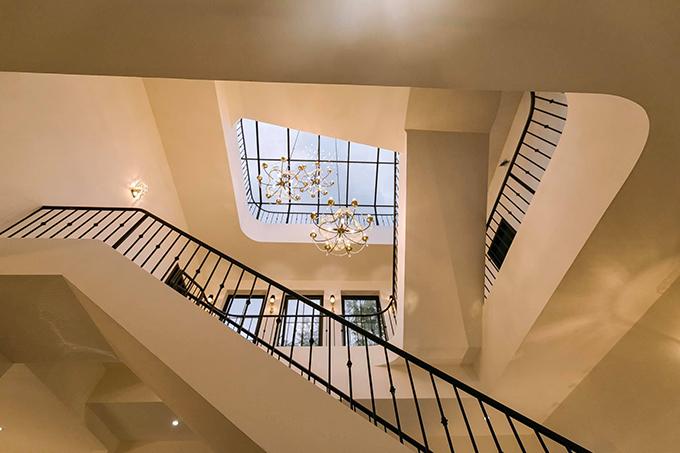 Cầu thang thiết kế thông với giếng trời và có sự khác biệt ở các nhịp cầu.
