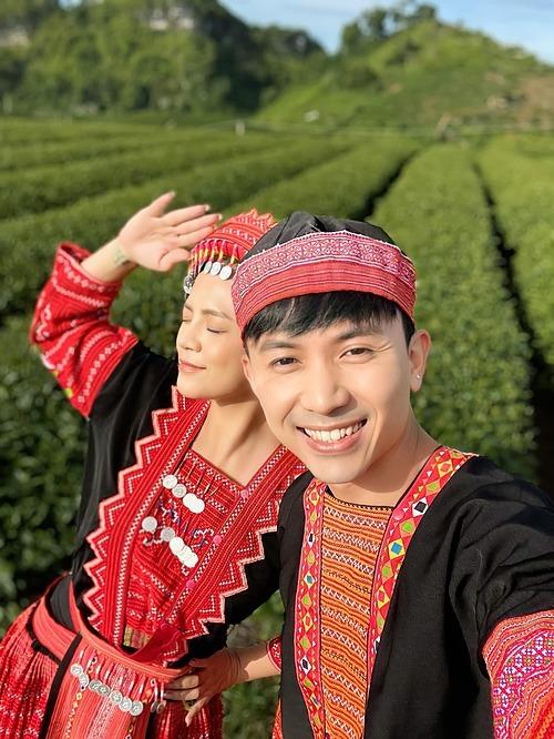 Diễn viên Thu Quỳnh và Hoàng Anh Vũ selfie tại hậu trường phim Hương vị tình thân.