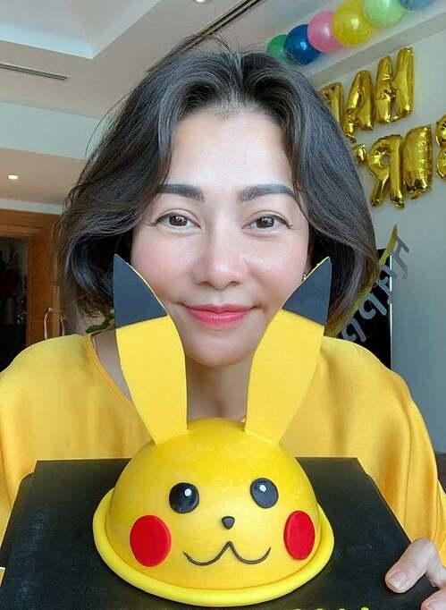 Thu Minh vui vẻ pose hình cùng bánh kem hình Pikachu giữa ồn ào bị Nathan Lee cà khịa.