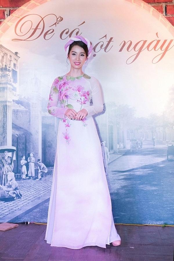 Năm 2017, Vân Anh hiếm hoi tái xuất, trình diễn thời trang áo dài.