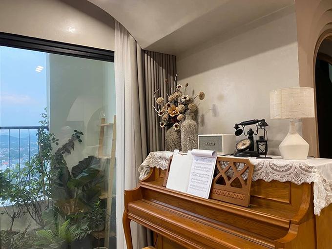 Vì diện tích căn hộ chỉ 64 m2 nên từ khi nhận nhà thô, cô chỉ giữ phòng ngủ, một phòng thay đồ nhỏ, còn lại là không gian sinh hoạt.
