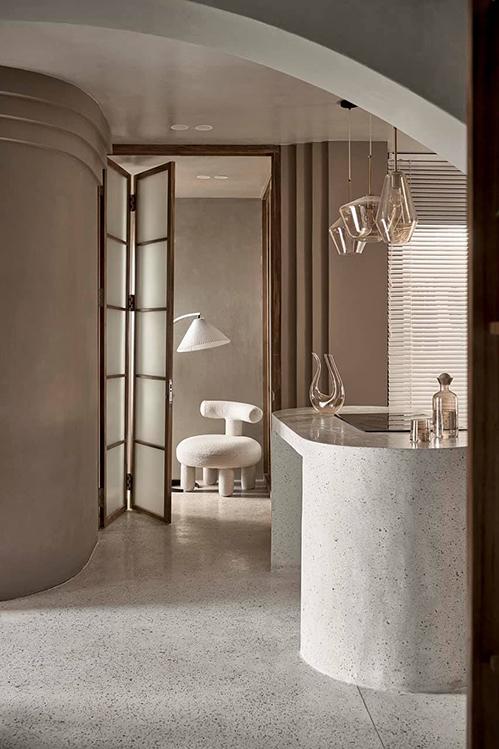 Sàn bếp được làm từ đá terrazo, dễ lau chùi và mang lại vẻ đẹp bền vững theo thời gian.