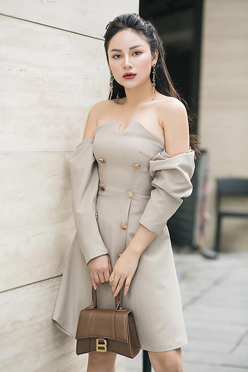 MC Thu Hiền, 29 tuổi là gương mặt quen thuộc với khán giả miền Trung. Cô thành công trong nhiều vai trò như người dẫn chương trình, diễn viên, người mẫu ảnh dù không sở hữu đôi chân dài. Mới đây, Thu Hiền vừa chia sẻ hình ảnh căn hộ đang sống, được hoàn thiện vào năm 2020 mang phong cách tối giản.