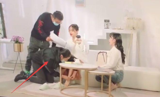 Hình ảnh của Vương Tử Văn và các nhân viên gây ra sự phản cảm.