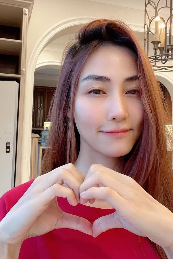 Diễn viên Ngân Khánh cho hay dù đội tuyển Việt Nam không chiến thắng, cô luôn yêu quý và tự hào về các cầu thủ. Lần đầu tiên chúng ta ghi tên vào 12 đội mạnh nhất châu Á vòng loại World Cup. Cả nước trông ngóng đợi mong Việt