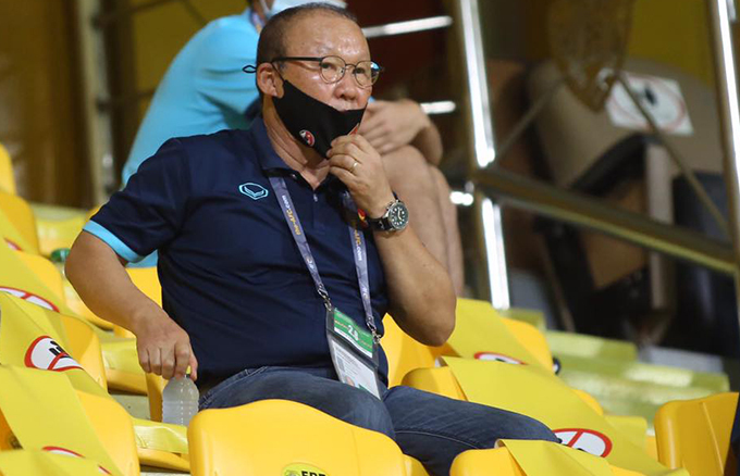 HLV Park ngồi trên khán đài theo dõi trận UAE - Việt Nam. Ảnh: Lâm Thoả.