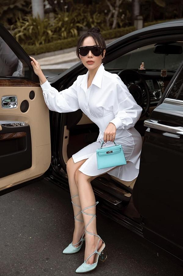 Thời gian qua, Quỳnh Thư hạn chế nghệ thuật để tập trung kinh doanh. Cô sở hữu khối tài sản lớn như cơ ngơi 2.800 m2 ở Sài Gòn, xế hộp 25 tỷ đồng....