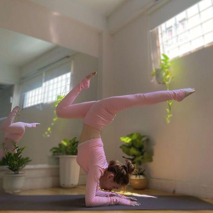 Tập yoga từ nhiều năm nay nên Sĩ Thanh có thể thực hiện nhiều tư thế khó.