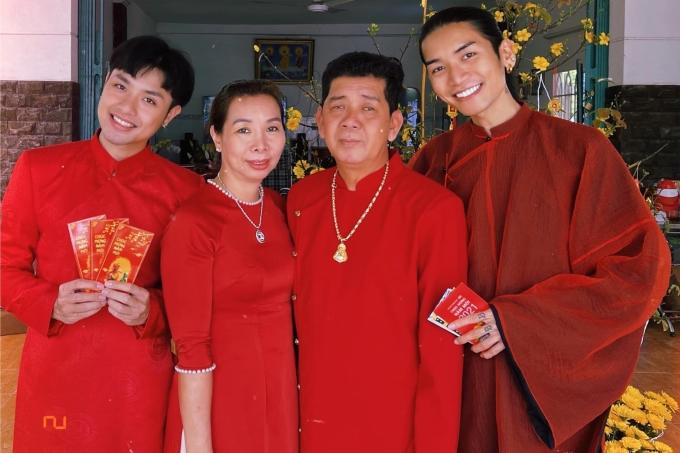 Họ cũng ra mắt gia đình hai bên và nhận được sự ủng hộ, chúc phúc từ người thân lẫn khán giả.