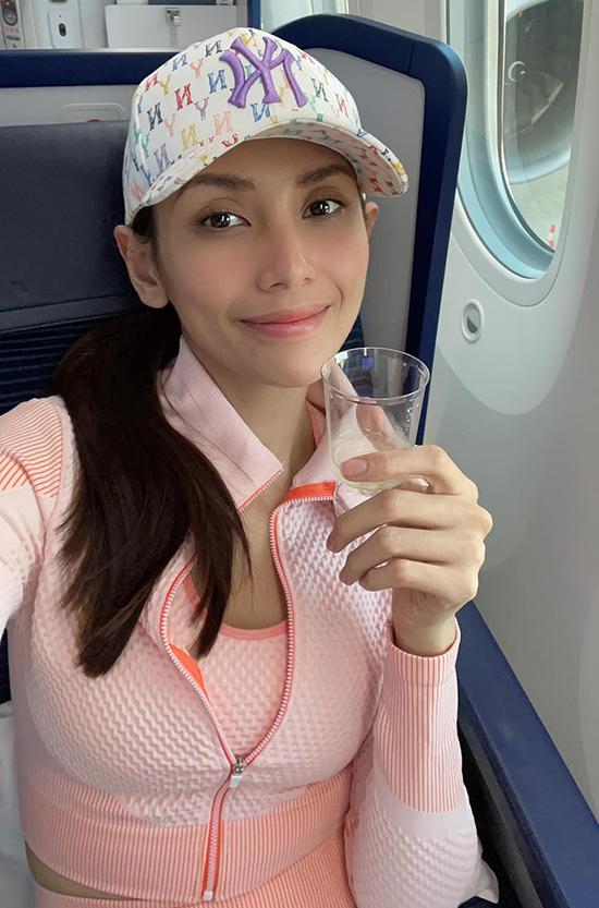 Võ Hoàng Yến trên chuyến bay đi Mỹ thăm bạn trai hôm 17/6.