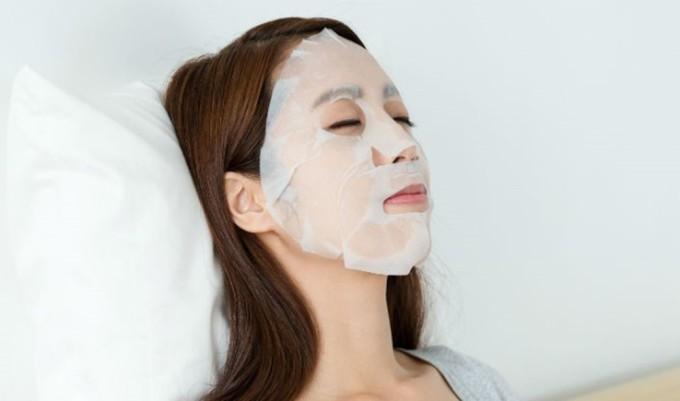 Đắp mặt nạ để phục hồi độ ẩm đã mất cho da, đồng thời, bổ sung dưỡng chất, giúp da trắng sáng.