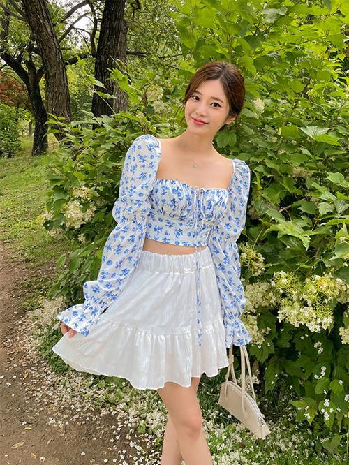 Hoạ tiết hoa lá mùa hạ còn được đưa vào các mẫu áo blouse dễ mix-match linh hoạt với quần short, chân váy...