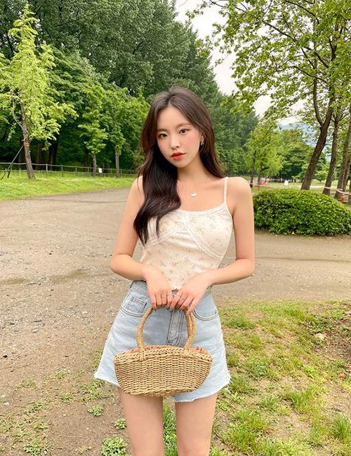 Áo hai dây và quần short jeans vẫn là combo tiện lợi nhất. Set trang phục này phù hợp với những cô nàng năng động và không muốn mất quá nhiều thời gian trong việc chọn lựa và phối đồ.