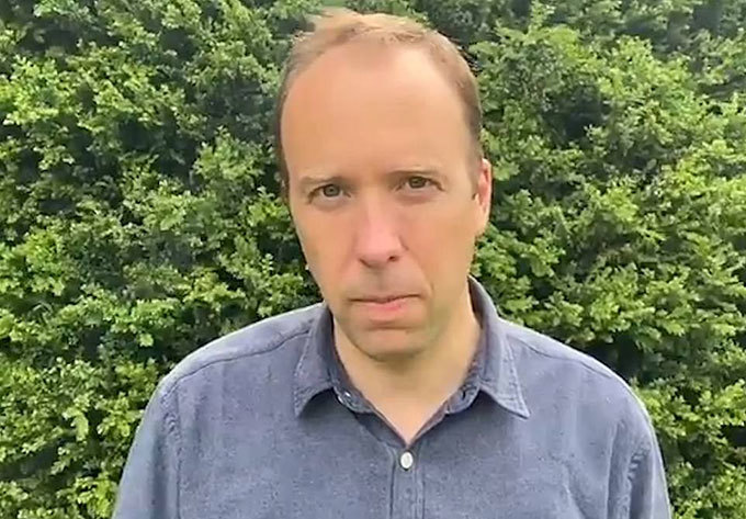 Bộ trưởng Y tế Matt Hancock trong video xin từ chức và xin lỗi người dân vì bê bối ngoại tình. Ảnh: UK Press.