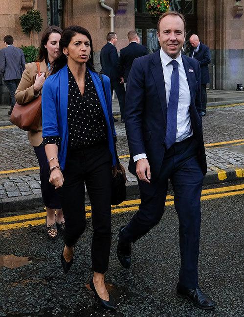 Bộ trưởng Y tế Matt Hancock sánh đôi bên trợ lý Gina Coladangelo khi chưa bị phanh phui ngoại tình. Ảnh: UK Press.