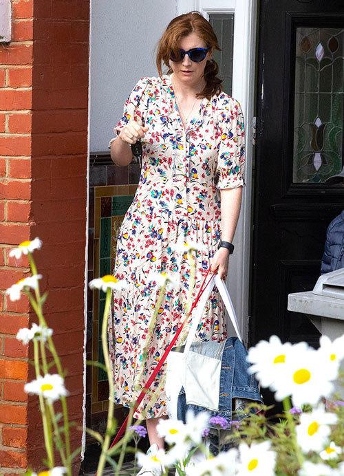Bà Martha - vợ ông Matt Hancock trước cửa nhà gia đình ở London sáng 26/6. Ảnh: Rex.