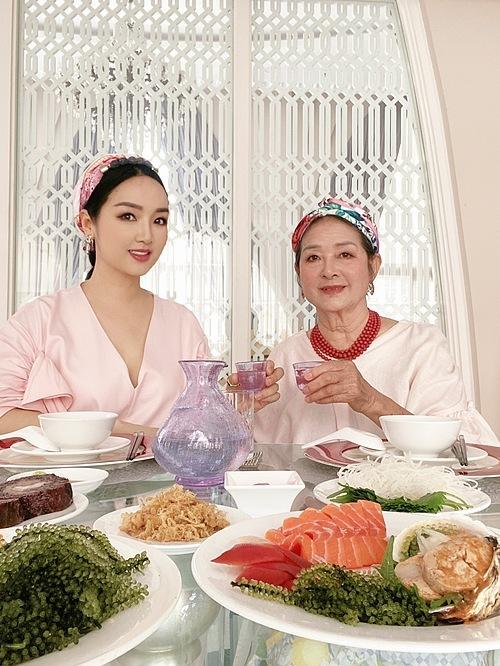 Giáng My và mẹ ăn mặc sang trọng và thưởng thức món Nhật ngay tại nhà khi được người em gửi tặng.