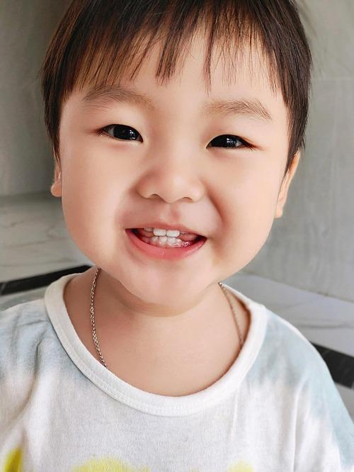 Hòa Minzy lần đầu tiết lộ tên thật của con trai (bé Bo) là Nguyễn Minh Thiên Ân. Nữ ca sĩ giải thích Nguyễn Minh là họ từ bố Nguyễn Minh Hải, Thiên Ân có nhiều ý nghĩa tốt đẹp, là hồng ân của Thiên Chúa. Gia đình cô theo đạo và tên thánh của con là Vicente.