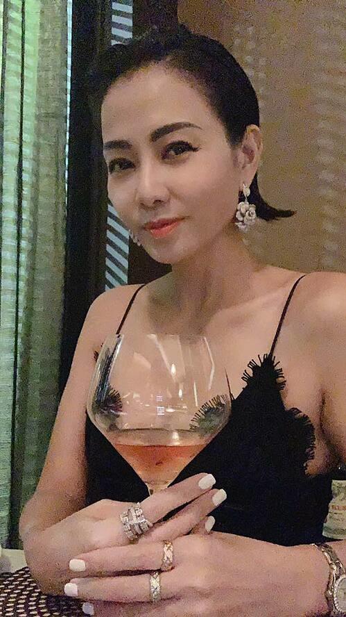 Ca sĩ Thu Minh lên đồ sanh chảnh khi hẹn hò cùng chồng Tây.