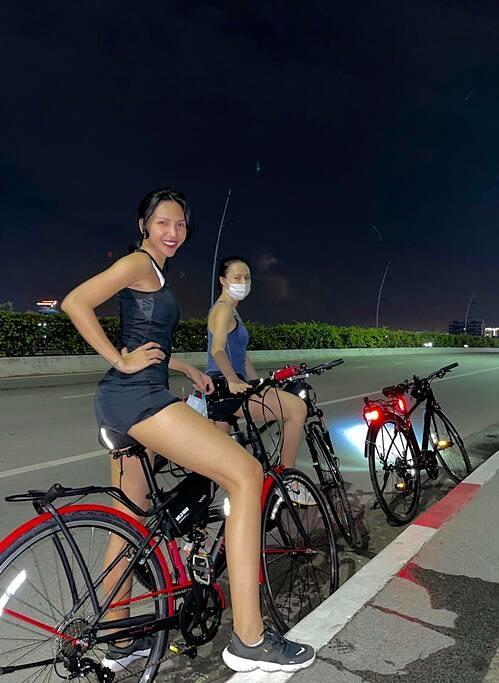 Người mẫu Minh Triệu rủ bạn đạp xe gần 30km nâng cao sức khỏe.