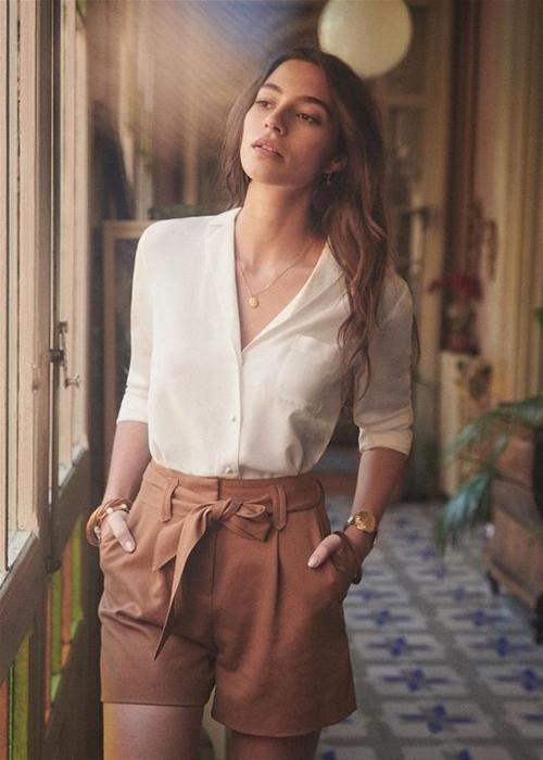 Một trong những món đồ đơn giản, phù hợp với nhiều vóc dáng và tiện lợi mix - match ở mùa này là quần short vải thô.