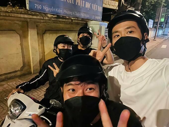 Diễn viên Tuấn Trần cũng những người bạn chạy xe máy tặng quà cho những hoàn cảnh khó khăn ở Sài Gòn trong đêm.