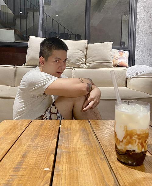 Vẻ mặt gây cười của Kelvin Khánh khi bà xã Khởi My làm trà sữa chân trâu đường đen nhưng gương mặt bị trêu đã có nọng cằm sau thời gian dài ở nhà.