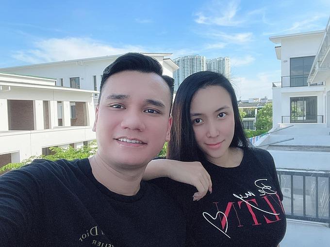 Khắc Việt tranh thủ selfie cùng bà xã nhân ngày đẹp trời. Nhiều bạn bè, nghệ sĩ liên tục hối thúc anh sớm tân gia nhà mới.