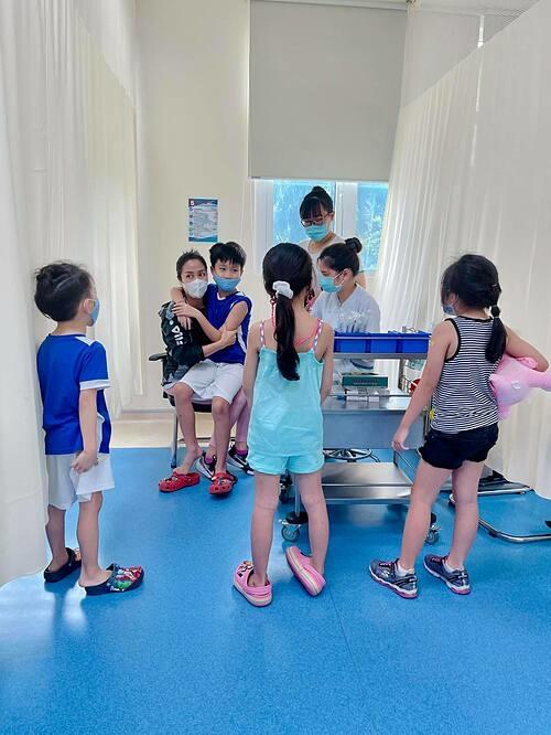 Ốc Thanh Vân đưa ba con và bé Laive (con gái cố diễn viên Mai Phương) đi chích ngừa tại bệnh viện.