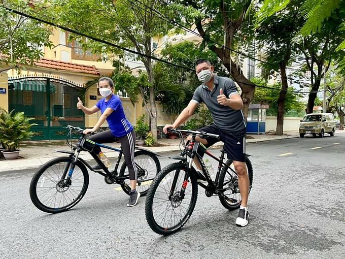 Vợ chồng diễn viên Bình Minh rủ nhau đạp xe nâng cao thể lực.