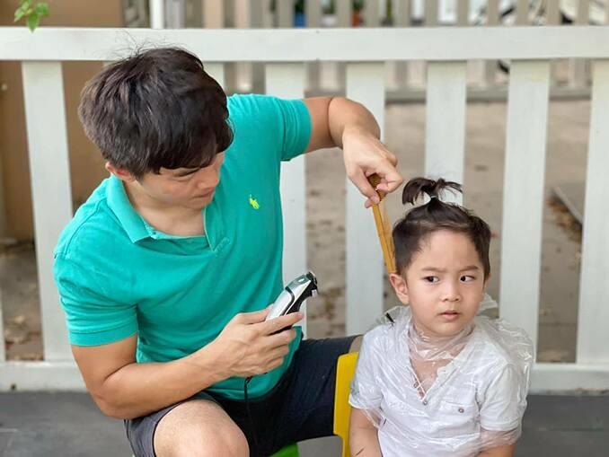 Được bố cắt tóc cho tại nhà trong lúc giãn cách xã hội, bé Bắp nhà Quốc Cơ liên tục dè chừng, hỏi: Papa cắt tóc đẹp cho Bắp hả Papa?. Ông bố trẻ phì cười và đoán rằng đâu đó dư âm của buổi cắt tóc mái ngố năm ngoái vẫn còn