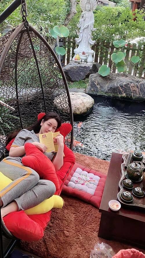 Ca sĩ - diễn viên Nhật Kim Anh tận hưởng cuộc sống thanh bình khi đọc sách, thưởng trà tại nhà.