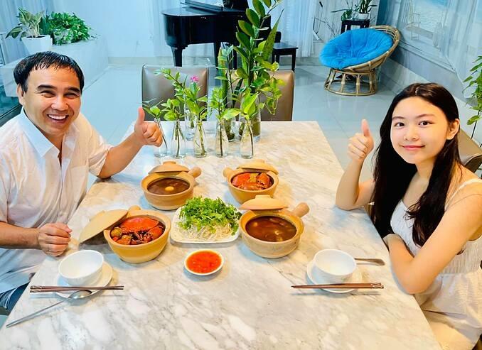 MC Quyền Linh và con gái Lọ Lem thưởng thức nhiều món ngon tại nhà.