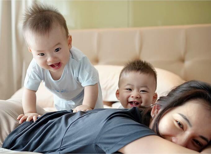 Sara Lưu ngày nào cũng vật lộn với hai con song sinh.
