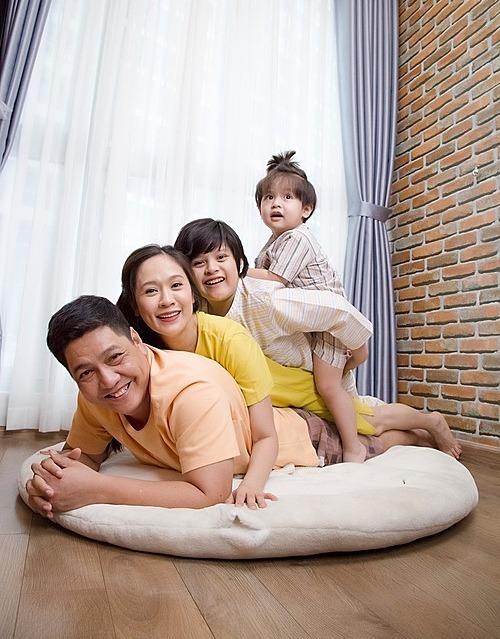 Thôi thì gia đình mình... dựa vào nhau mà sống, Thanh Thúy - Đức Thịnh hài hước bình luận về bức ảnh vui nhộn bên hai con.