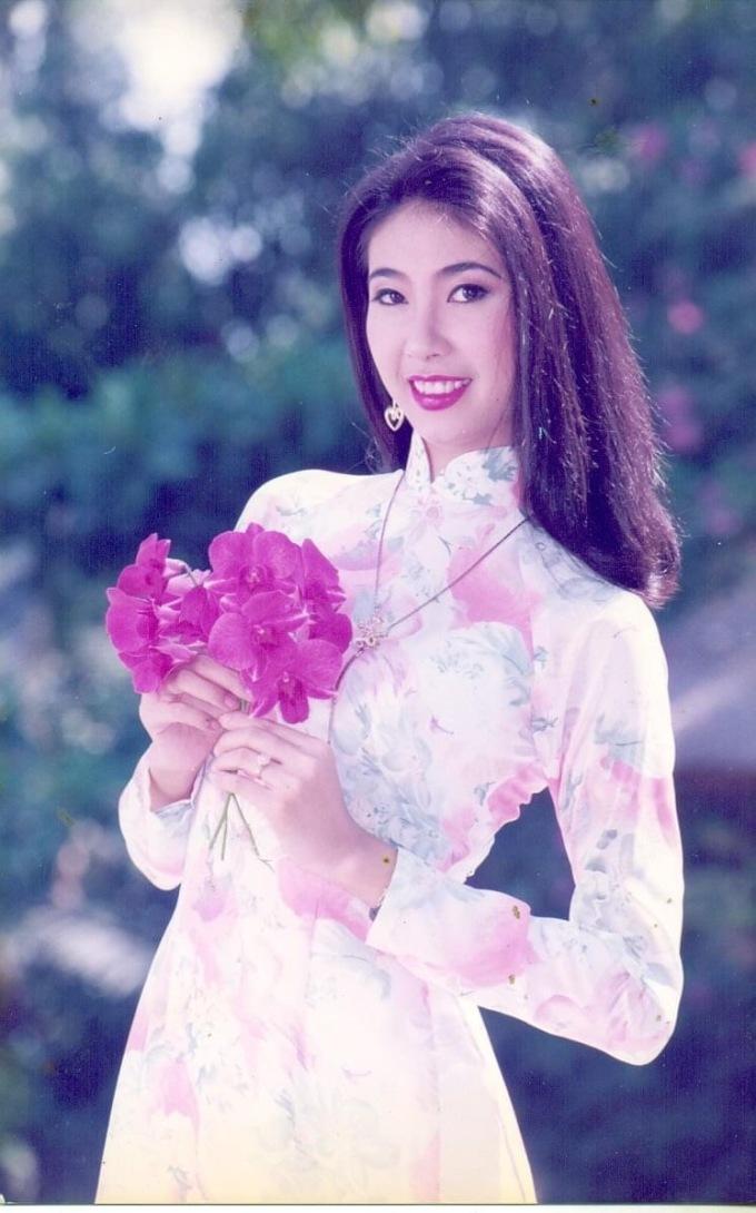 Hoa hậu Việt Nam 1992 Hà Kiều Anh duyên dáng trong tà áo dài.