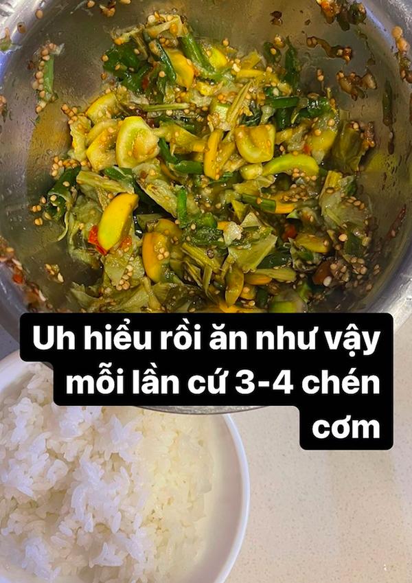 HHen Niê ăn cơm với cà đắng giã.