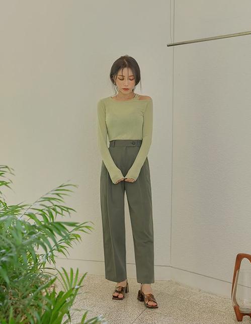 Các mẫu áo thun xanh thuộc xu hướng sắc màu mùa mới có thể phối hợp hài hoà với trang phục ghi xám, màu nude, màu beige.